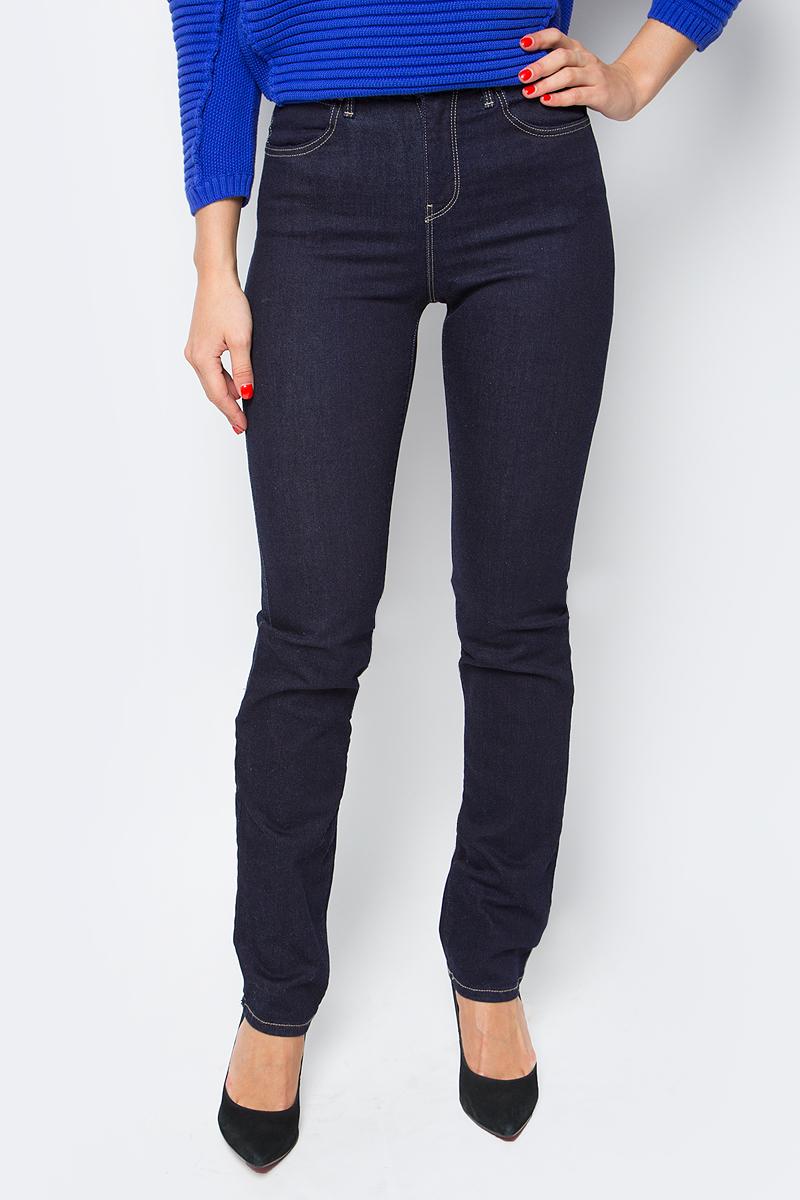 Джинсы женские Wrangler Rins, цвет: темно-синий. W27GLU023. Размер 27-30 (42/44-30)W27GLU023Женские джинсы Wrangler станут отличным дополнением к вашему гардеробу. Джинсы выполнены из эластичного хлопка. Изделие мягкое и приятное на ощупь, не сковывает движения и позволяет коже дышать.Модель зауженного кроя с завышенной посадкой на поясе застегивается на металлическую пуговицу и ширинку на металлической застежке-молнии, а также предусмотрены шлевки для ремня. Модель имеет классический пятикарманный крой: спереди расположены два втачных кармана и один маленький кармашек, а сзади - два накладных кармана.Современный дизайн, отличное качество и расцветка делают эти джинсы модным, стильным и практичным предметом мужской одежды. Такая модель подарит вам комфорт в течение всего дня.