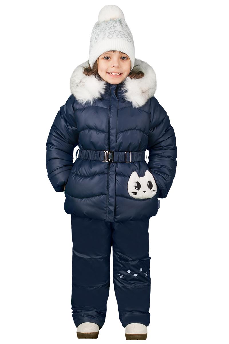 Комплект верхней одежды для девочки Boom!: куртка, полукомбинезон, цвет: темно-синий. 70464_BOG_вар.2. Размер 104, 3-4 года70464_BOG_вар.2Комплект одежды для девочки Boom! состоит из куртки и полукомбинезона. Куртка застегивается на застежку молнию и дополнительно оснащена ветрозащитной планкой. Капюшон дополнен меховой опушкой. Полукомбинезон очень практичен: хорошо закрывает грудку и спинку ребенка, широкие эластичные регулируемые лямки. Игровой комплект с милым котёнком для маленьких модниц. Оригинальная аппликация, вышивка на брюках и забавные ушки на капюшоне делают его не просто одеждой, а настоящей игрой для малышек.