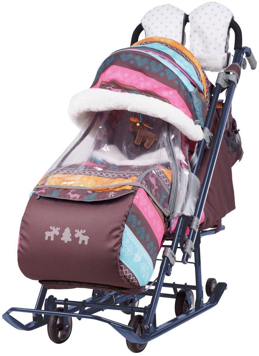 Ника Санки-коляска Детям 7-3 Скандинавия цвет розовый1373467Коляска комбинированная с трансформируемым кузовом позволяет передвигаться по любой дороге. Нажатием ноги на педаль опускаются колеса, и вы можете везти коляску по асфальту или по гладкому полу. Еще одно нажатие — коляска трансформируется в санки и снова скользить по снегу! Крыша, чехол для ножек и ушки на крыше отделаны мехом, на ручку коляски надеваются меховые рукавички для мамы. Яркие детские рисунки на чехле для ног с двумя молниями.• механизм смены полозьев на колеса• плоские полозья 40 мм с большими обрезиненными колесами• пятиточечный ремень безопасности• складной высокий трехсекционный козырек с декоративными ушками. НОВЫЕ ОПЦИИ:• новый дизайн сумки с кармашками для полезных мелочей• съемный прозрачный тент от ветра и дождя с двумя молниями, крепится к чехлу коляски на пуговицу для исключения продувания• возможность крепления тента на козырьке коляски с помощью пуговицы для удобства доступа к ребенку• цветной каркас изделия• цветной пластик• спинка регулируется до положения лежа• подножка с регулируемым наклоном ног, позволяющая ребенку в положении лежа комфортно вытягивать ножки