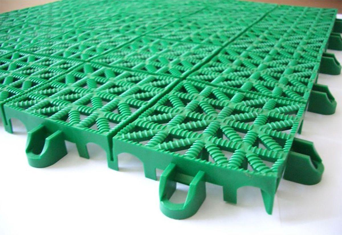 Настил садовый, модульный, цвет: зеленый, 33 х 33 х 0,9 см1469559Пластиковое покрытие - практичная и качественная имитация натуральной травы. Такую поросль можно не стричь, а мыть достаточно раз в неделю. Преимущества и характеристики использования модульных покрытий: Лёгкость и оперативность монтажа. Для того чтобы оформить детскую или спортивную площадку, вам не потребуется специальных навыков или дополнительных материалов. Модули крепят между собой с помощью элементов крепления, которые находятся на самом покрытии: ножка замка вводится в скобу, надавливается на ножку сверху - замок защёлкивается.Мобильность - при возникновении необходимости, всегда можно заменить отдельный модуль, что обеспечивает рациональность, заменяемость при использовании покрытия. Дренаж при монтаже не обязателен.Легко чистится.Лёгкость в эксплуатации и уходе за покрытием.Экологичность и безопасность. Диапазон температур: -30 до +50 С. Базовый модуль 33 х 33 х 0,9 см. Рекомендуется для использования: уличная парковка, гаражи, подвалы, игровые площадки, мастерская, садовые дорожки, терраса, балкон, беседки.