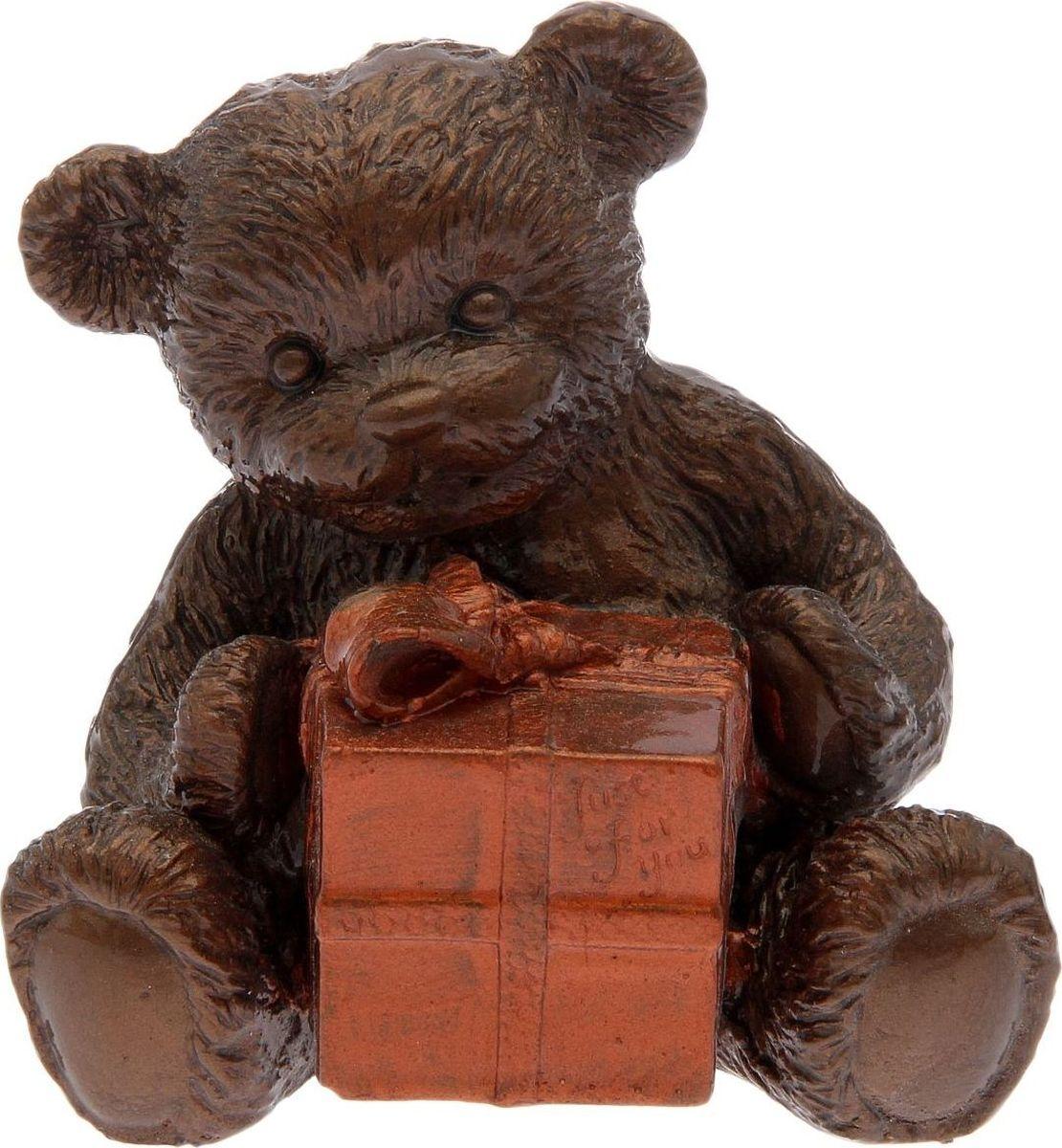 Статуэтка сувенирная Premium Gips Мишка с подарком, цвет: коричневый, 8 х 10 х 12 см2152893Перед вами — сувенир в полном смысле этого слова. И главная его задача — хранить воспоминание о месте, где вы побывали, или о том человеке, который подарил данный предмет. Преподнесите эту вещь своему другу, и она станет достойным украшением его дома.