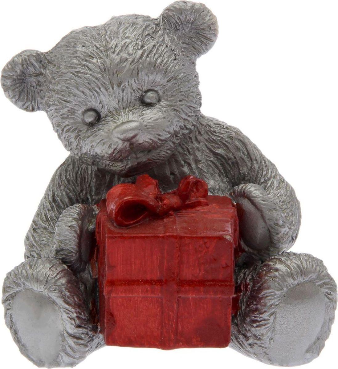 Статуэтка сувенирная Premium Gips Мишка с подарком, цвет: серебристый, 8 х 10 х 12 см2152894Перед вами — сувенир в полном смысле этого слова. И главная его задача — хранить воспоминание о месте, где вы побывали, или о том человеке, который подарил данный предмет. Преподнесите эту вещь своему другу, и она станет достойным украшением его дома.