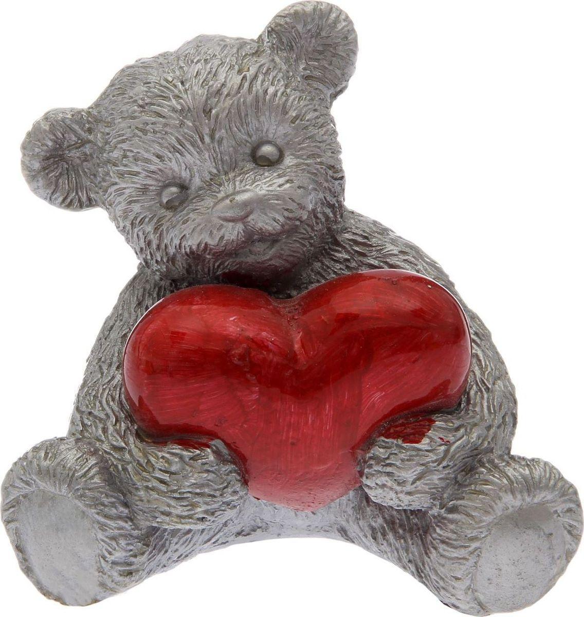 Статуэтка сувенирная Premium Gips Мишка с сердцем, цвет: серебристый, 8 х 10 х 12 см2152895Перед вами — сувенир в полном смысле этого слова. И главная его задача — хранить воспоминание о месте, где вы побывали, или о том человеке, который подарил данный предмет. Преподнесите эту вещь своему другу, и она станет достойным украшением его дома.