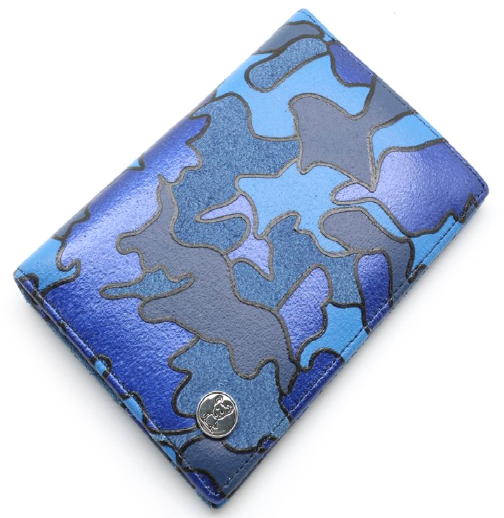 Обложка на паспорт женская Topo Fortunato, цвет: синий милитари. TF 723-093TF 723-093Обложка на паспорт Topo Fortunato выполнена из натуральной кожи. С левой стороны кожаный захват, два кармана для пластиковых карт, прозрачное окошко для пропуска, с правой стороны пластиковый захват.Размер: 9,5 х 13,3 см.
