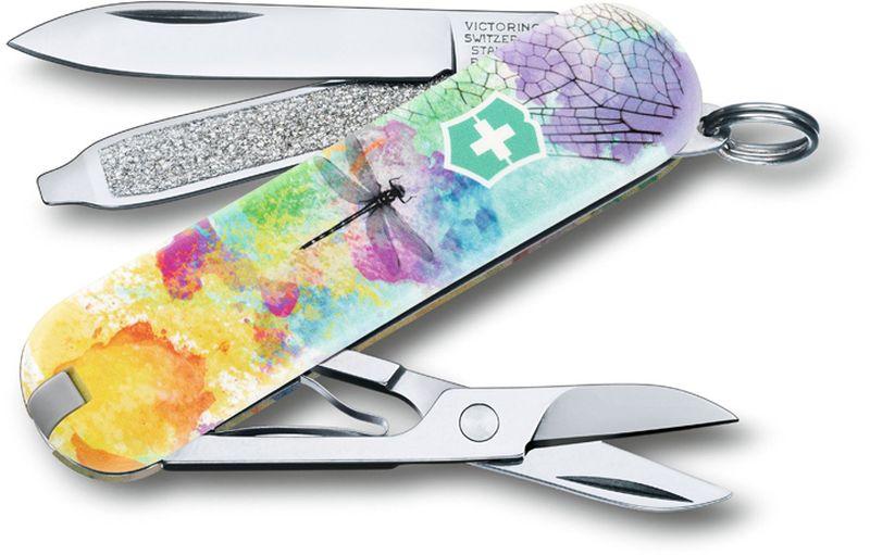 Нож-брелок Victorinox Classic. Dragonfly, длина 5,8 см0.6223.L1701В 2017 году компания Victorinox в шестой раз организовала конкурс на лучший дизайн для своей коллекции ножей Classic Limited Edition. В первый раз авторам была предложена тема животные земного шара.Со всего мира поступило свыше 1250 творческих идей!Коллекция 2017 года была разработана дизайнерами из Швейцарии, Германии, Румынии, Мексики, Австралии и США. Представители огромного числа стран предложили большое количество самых разных дизайнов. Идеи варьировались от светлячков и древесных личинок до разноцветных стрекоз.Мы отобрали десять наиболее популярных дизайнов.Перочинный нож из лимитированной коллекции CLASSIC 2016 имеет 7 функций:1. Лезвие2. Пилка для ногтей с:3. - Отвёрткой4. Ножницы5. Кольцо для ключей6. Пинцет7. ЗубочисткаДизайн рукояти: DragonflyВ комплекте: чёрный чехол из искусственной кожиРекомендуемые аксессуары:Инструмент для заточки: 4.3311, 4.3323Держатели на ремень: 4.1853, 4.1858, 4.1859, 4.1860Цепочки длинные: 4.1813, 4.1814, 4.1815Цепочки короткие: 4.1820Комбинированные цепочки: 4.1854Шнурок с карабином: 4.1879