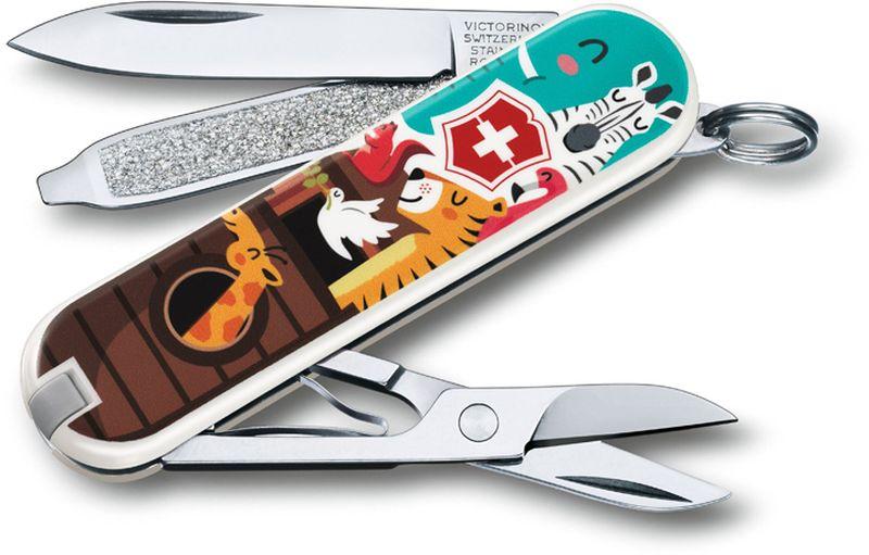 Нож-брелок Victorinox Classic. The Ark, длина 5,8 см0.6223.L1703В 2017 году компания Victorinox в шестой раз организовала конкурс на лучший дизайн для своей коллекции ножей Classic Limited Edition. В первый раз авторам была предложена тема животные земного шара.Со всего мира поступило свыше 1250 творческих идей!Коллекция 2017 года была разработана дизайнерами из Швейцарии, Германии, Румынии, Мексики, Австралии и США. Представители огромного числа стран предложили большое количество самых разных дизайнов. Идеи варьировались от светлячков и древесных личинок до разноцветных стрекоз.Мы отобрали десять наиболее популярных дизайнов.Перочинный нож из лимитированной коллекции CLASSIC 2016 имеет 7 функций:1. Лезвие2. Пилка для ногтей с:3. - Отвёрткой4. Ножницы5. Кольцо для ключей6. Пинцет7. ЗубочисткаДизайн рукояти: The ArkВ комплекте: чёрный чехол из искусственной кожиРекомендуемые аксессуары:Инструмент для заточки: 4.3311, 4.3323Держатели на ремень: 4.1853, 4.1858, 4.1859, 4.1860Цепочки длинные: 4.1813, 4.1814, 4.1815Цепочки короткие: 4.1820Комбинированные цепочки: 4.1854Шнурок с карабином: 4.1879