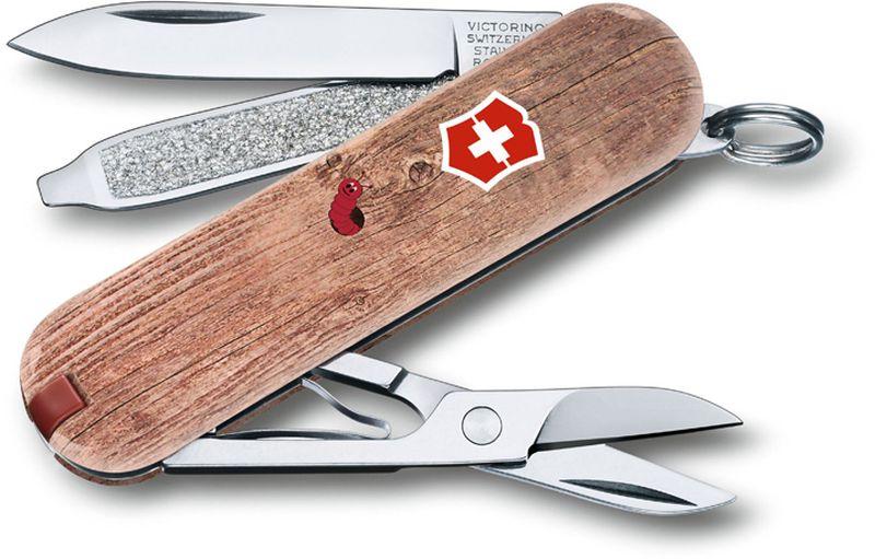 Нож-брелок Victorinox Classic. Woodworm, длина 5,8 см0.6223.L1706В 2017 году компания Victorinox в шестой раз организовала конкурс на лучший дизайн для своей коллекции ножей Classic Limited Edition. В первый раз авторам была предложена тема животные земного шара.Со всего мира поступило свыше 1250 творческих идей!Коллекция 2017 года была разработана дизайнерами из Швейцарии, Германии, Румынии, Мексики, Австралии и США. Представители огромного числа стран предложили большое количество самых разных дизайнов. Идеи варьировались от светлячков и древесных личинок до разноцветных стрекоз.Представители компании Victorinoxотобрали десять наиболее популярных дизайнов. Перочинный нож-брелок Classic. Woodworm принадлежит данной лимитированной коллекции.Лезвие складного ножа-брелока Victorinox Classic. Woodworm изготовлено из высококачественной нержавеющей стали. Ручка, выполненная из прочного пластика, обеспечивает надежный и удобный хват. Нож имеет компактные размеры и не занимает много места.Хорошее качество, надежный долговечный материал и эргономичная рукоятка - что может быть удобнее на природе или на пикнике!В комплекте чехол, изготовленный из искусственной кожи.Функции ножа:Лезвие.Пилка для ногтей с отверткой.Ножницы.Кольцо для ключей.Пинцет.Зубочистка.Длина ножа в сложенном виде: 5,8 см.Длина ножа в разложенном виде: 9,8 см.Дизайн рукояти: WoodwormРекомендуемые аксессуары:Инструмент для заточки: 4.3311, 4.3323Держатели на ремень: 4.1853, 4.1858, 4.1859, 4.1860Цепочки длинные: 4.1813, 4.1814, 4.1815Цепочки короткие: 4.1820Комбинированные цепочки: 4.1854Шнурок с карабином: 4.1879