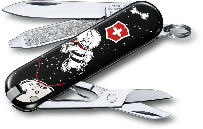 Нож-брелок Victorinox Classic. Space Walk, длина 5,8 см0.6223.L1707В 2017 году компания Victorinox в шестой раз организовала конкурс на лучший дизайн для своей коллекции ножей Classic Limited Edition. В первый раз авторам была предложена тема животные земного шара.Со всего мира поступило свыше 1250 творческих идей!Коллекция 2017 года была разработана дизайнерами из Швейцарии, Германии, Румынии, Мексики, Австралии и США. Представители огромного числа стран предложили большое количество самых разных дизайнов. Идеи варьировались от светлячков и древесных личинок до разноцветных стрекоз.Представители компании Victorinoxотобрали десять наиболее популярных дизайнов. Перочинный нож-брелок Classic. Space Walk принадлежит данной лимитированной коллекции.Лезвие складного ножа-брелока Victorinox Classic. Space Walk изготовлено из высококачественной нержавеющей стали. Ручка, выполненная из прочного пластика, обеспечивает надежный и удобный хват. Нож имеет компактные размеры и не занимает много места.Хорошее качество, надежный долговечный материал и эргономичная рукоятка - что может быть удобнее на природе или на пикнике!В комплекте чехол, изготовленный из искусственной кожи.Функции ножа:Лезвие.Пилка для ногтей с отверткой.Ножницы.Кольцо для ключей.Пинцет.Зубочистка.Длина ножа в сложенном виде: 5,8 см.Длина ножа в разложенном виде: 9,8 см.Дизайн рукояти: Space WalkРекомендуемые аксессуары:Инструмент для заточки: 4.3311, 4.3323Держатели на ремень: 4.1853, 4.1858, 4.1859, 4.1860Цепочки длинные: 4.1813, 4.1814, 4.1815Цепочки короткие: 4.1820Комбинированные цепочки: 4.1854Шнурок с карабином: 4.1879