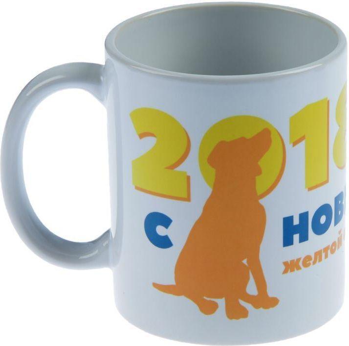 """Невозможно представить жизнь без праздников! Все люди всегда ждут их и предвкушают, обдумывают, как проведут памятный день, тщательно выбирают подарки и аксессуары, ведь именно они создают и поддерживают торжественный настрой.  Кружка Sima-land """"С новым годом! Желтая собака"""" - это отличный выбор, который привнесет атмосферу праздника в ваш дом!    От качества посуды зависит не только вкус еды, но и здоровье человека. - товар, соответствующий российским стандартам качества. Любой хозяйке будет приятно держать его в руках. С посудой и кухонной утварью от Sima-land приготовление еды и сервировка стола превратятся в настоящий праздник"""