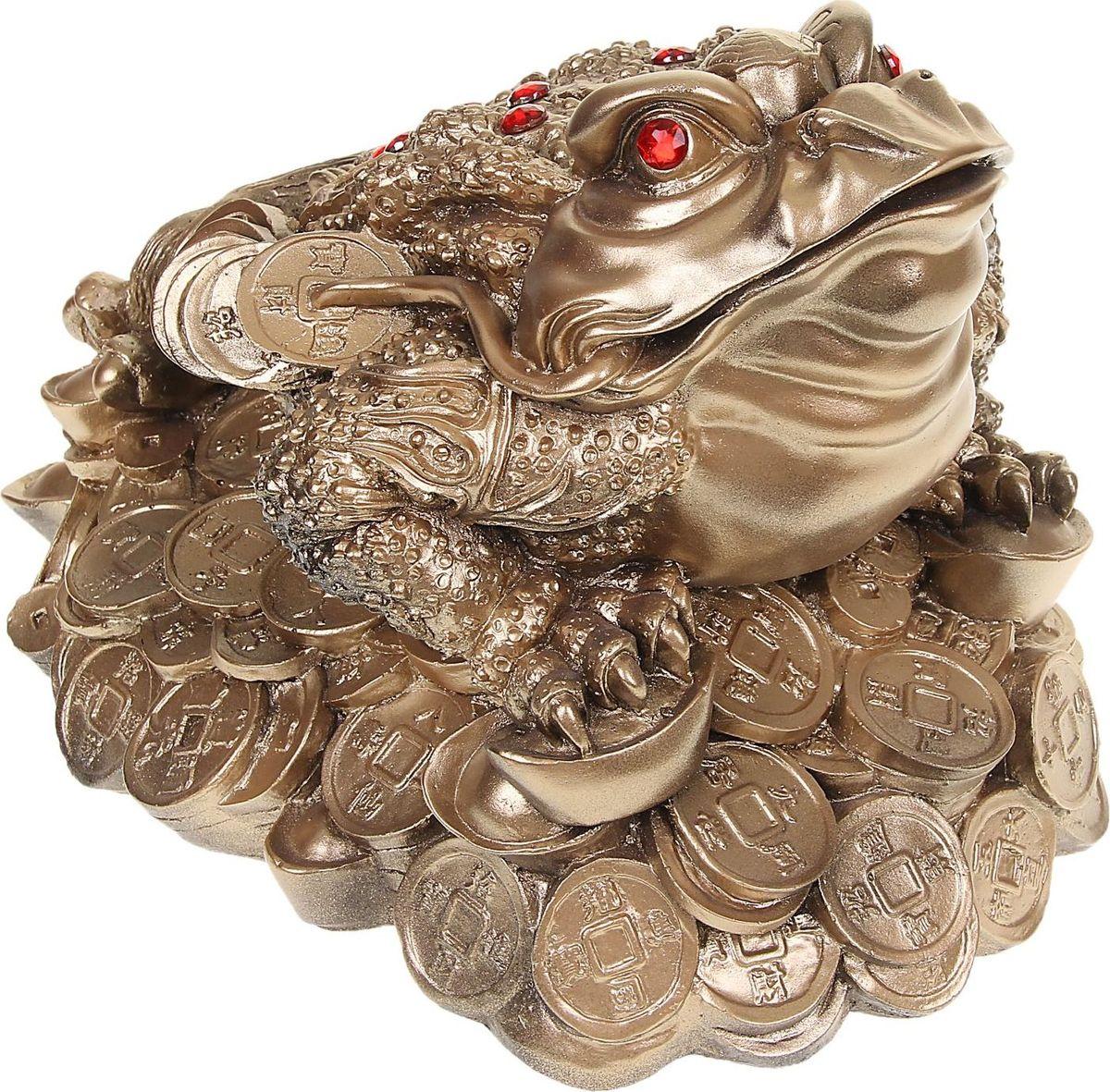 Копилка Premium Gips Денежная жаба, 25 х 32 х 24 см1067091Хотите накопить на свою заветную мечту? С помощью данного изделия вы сможете сделать это без удара по бюджету! Трёхлапая жаба с монеткой во рту является очень сильным денежным талисманом, который приносит богатство, финансовую удачу и процветание. Иногда это животное используют как символ долголетия, потому что некоторые их виды живут до 40 лет.Согласно фэн-шуй, копилки с деньгами целесообразно хранить в западной или северо-западной частях помещения.Обращаем ваше внимание, что копилка является одноразовой.