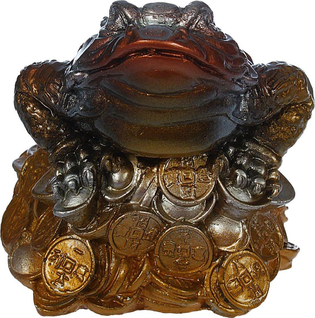 Копилка Premium Gips Денежная жаба, 15 х 14 х 14 см1184668Хотите накопить на свою заветную мечту? С помощью данного изделия вы сможете сделать это без удара по бюджету! Трёхлапая жаба с монеткой во рту является очень сильным денежным талисманом, который приносит богатство, финансовую удачу и процветание. Иногда это животное используют как символ долголетия, потому что некоторые их виды живут до 40 лет.Согласно фэн-шуй, копилки с деньгами целесообразно хранить в западной или северо-западной частях помещения.Обращаем ваше внимание, что копилка является одноразовой.