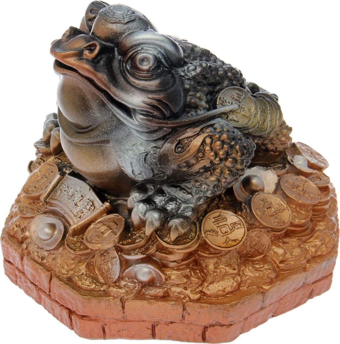Хотите накопить на свою заветную мечту? С помощью данного изделия вы сможете сделать это без удара по бюджету! Трёхлапая жаба с монеткой во рту является очень сильным денежным талисманом, который приносит богатство, финансовую удачу и процветание. Иногда это животное используют как символ долголетия, потому что некоторые их виды живут до 40 лет.Согласно фэн-шуй, копилки с деньгами целесообразно хранить в западной или северо-западной частях помещения.