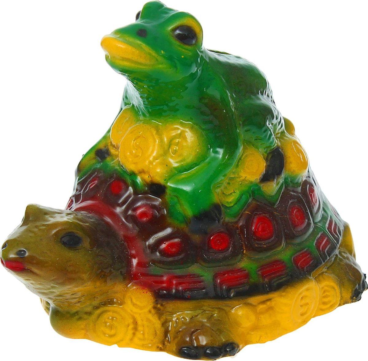 """Хотите накопить на свою заветную мечту? С помощью копилки Керамика ручной работы """"Жаба на черепахе"""" вы сможете сделать это без удара по бюджету! Трёхлапая жаба с монеткой во рту является очень сильным денежным талисманом, который приносит богатство, финансовую удачу и процветание. Иногда это животное используют как символ долголетия, потому что некоторые их виды живут до 40 лет.Согласно фэн-шуй, копилки с деньгами целесообразно хранить в западной или северо-западной частях помещения.Обращаем ваше внимание, что копилка является одноразовой."""