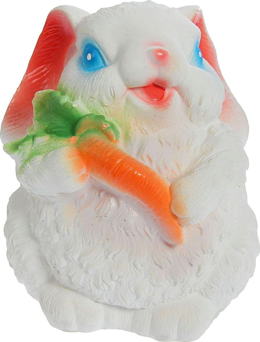 Копилка Зайчик с морковкой, цвет: белый, 18 х 15 х 20 см1225664Копилка — универсальный вариант подарка любому человеку, ведь каждый из нас мечтает о какой-то дорогостоящей вещи и откладывает или собирается откладывать деньги на её приобретение. Вместительная копилка станет прекрасным хранителем сбережений и украшением интерьера. Она выглядит так ярко и эффектно, что проходя мимо, обязательно захочется забросить пару монет.Обращаем ваше внимание, что копилка является одноразовой.