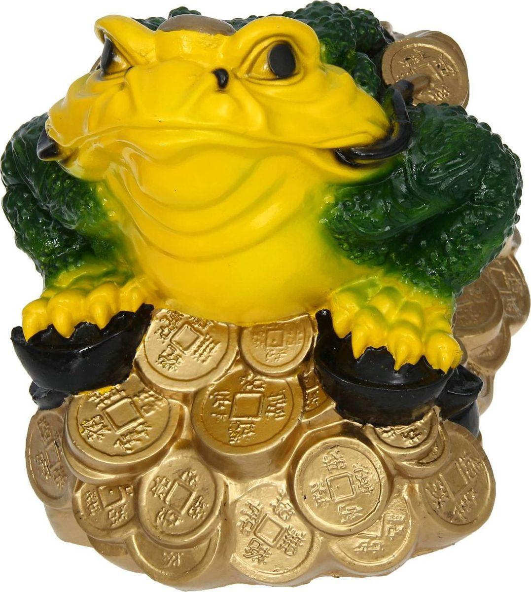 Копилка Жаба на монетах, 32 х 22 х 26 см435649Копилка — универсальный вариант подарка любому человеку, ведь каждый из нас мечтает о какой-то дорогостоящей вещи и откладывает или собирается откладывать деньги на её приобретение. Вместительная копилка станет прекрасным хранителем сбережений и украшением интерьера. Она выглядит так ярко и эффектно, что проходя мимо, обязательно захочется забросить пару монет.Обращаем ваше внимание, что копилка является одноразовой.