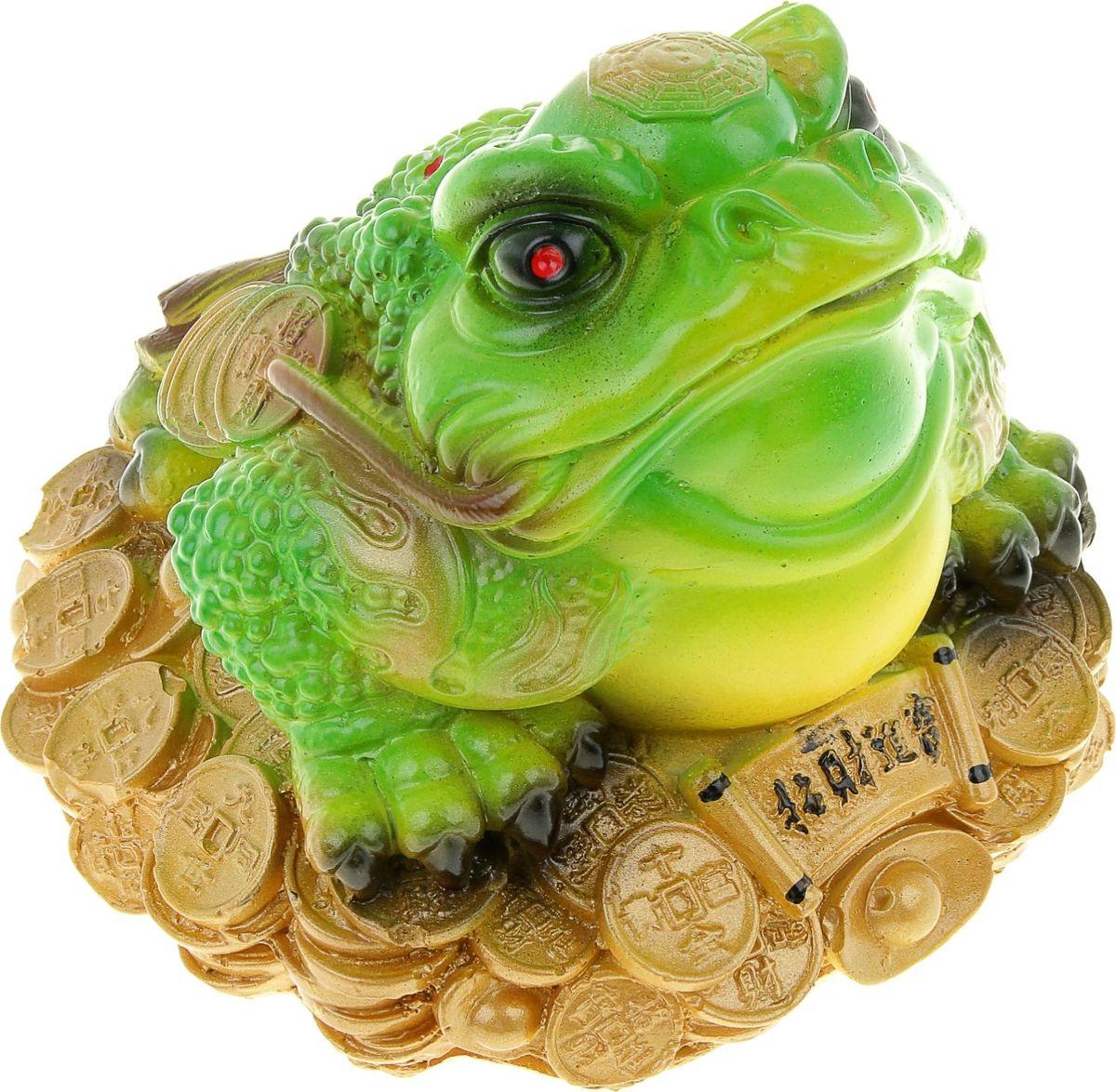 Копилка Жаба на монетах, 20 х 15 х 20 см837773Копилка — универсальный вариант подарка любому человеку, ведь каждый из нас мечтает о какой-то дорогостоящей вещи и откладывает или собирается откладывать деньги на её приобретение. Вместительная копилка станет прекрасным хранителем сбережений и украшением интерьера. Она выглядит так ярко и эффектно, что проходя мимо, обязательно захочется забросить пару монет.Обращаем ваше внимание, что копилка является одноразовой.