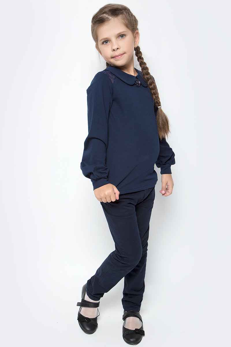 Блузка для девочки Nota Bene, цвет: темно-синий. SJR270453A29. Размер 128SJR270453Блузка для девочки Nota Bene выполнена из эластичного хлопка. Модель с отложным воротником и длинными рукавами застегивается сзади на пуговицу. Блузка оформлена кружевными вставками. На рукавах предусмотрены манжеты. Спереди изделие украшено декоративным цветком.