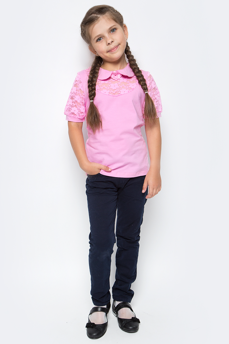 Блузка для девочки Nota Bene, цвет: розовый. CJR270441A05. Размер 134CJR27044105-134Блузка для девочки Nota Bene выполнена из вискозы с добавлением эластана. Модель с отложным воротником и короткими рукавами застегивается сзади на пуговицу. Блузка оформлена кружевными вставками. Спереди изделие украшено декоративным цветком.
