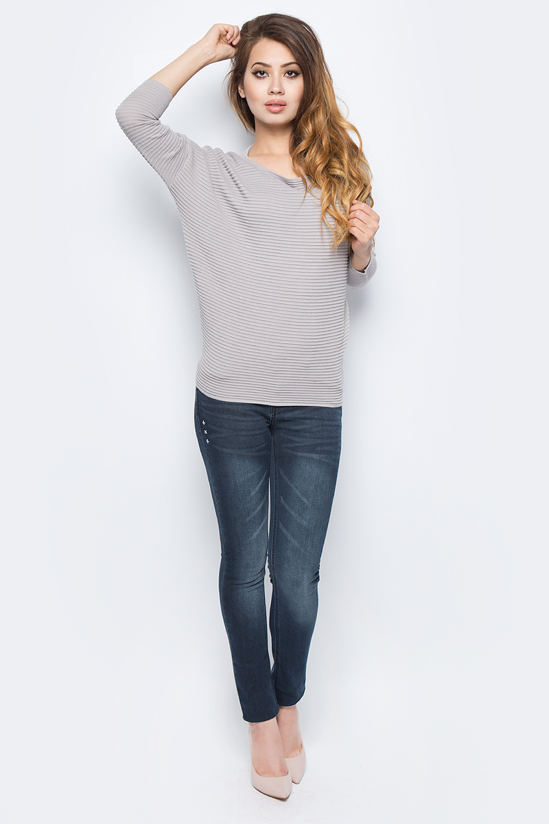 Джемпер женский Sela, цвет: пыльно-серый. JR-114/1247-7341. Размер L (48)JR-114/1247-7341Женский джемпер от Sela выполнен из вискозного материала. Модель с рукавами летучая мышь длиной 3/4 и круглым вырезом горловины.
