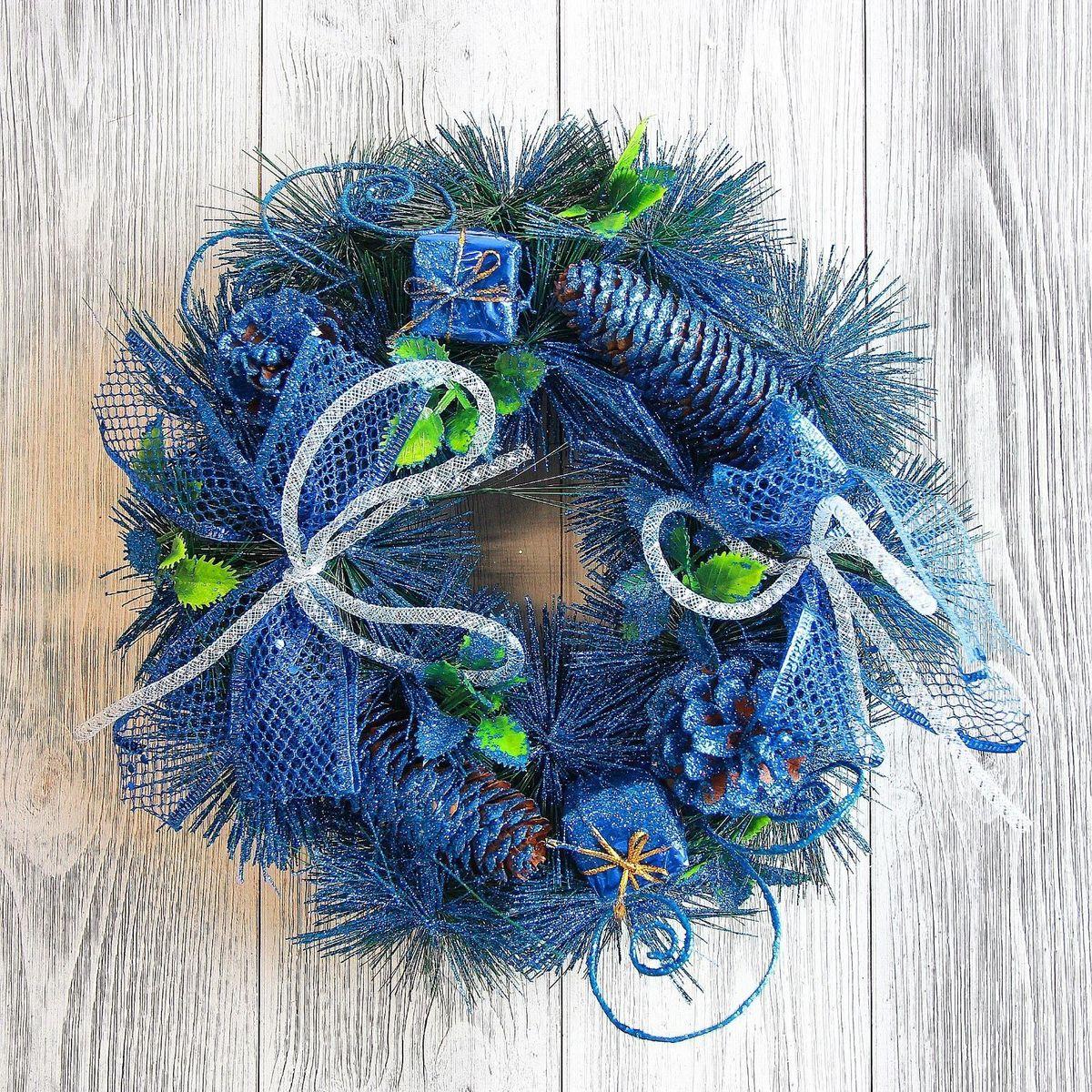 Венок новогодний Sima-land С синим декором и шишками, диаметр 26 см2371440Невозможно представить нашу жизнь без праздников! Мы всегда ждём их и предвкушаем, обдумываем, как проведём памятный день, тщательно выбираем подарки и аксессуары, ведь именно они создают и поддерживают торжественный настрой. — это отличный выбор, который привнесёт атмосферу праздника в ваш дом!
