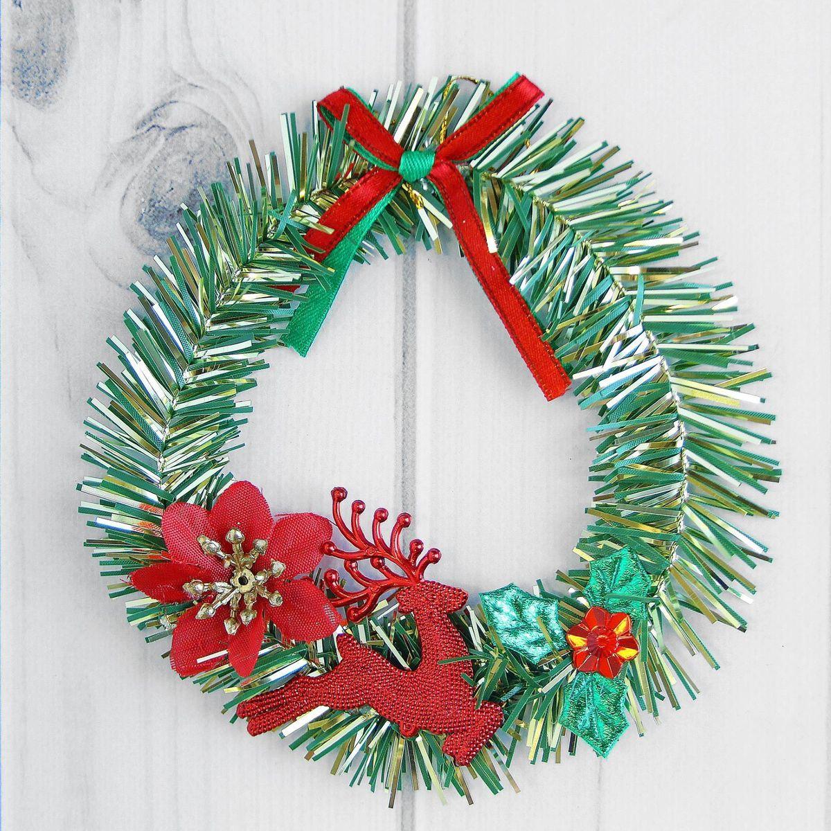 Венок новогодний Sima-land С цветком и оленем, диаметр 13 см2372206Невозможно представить нашу жизнь без праздников! Мы всегда ждём их и предвкушаем, обдумываем, как проведём памятный день, тщательно выбираем подарки и аксессуары, ведь именно они создают и поддерживают торжественный настрой. — это отличный выбор, который привнесёт атмосферу праздника в ваш дом!