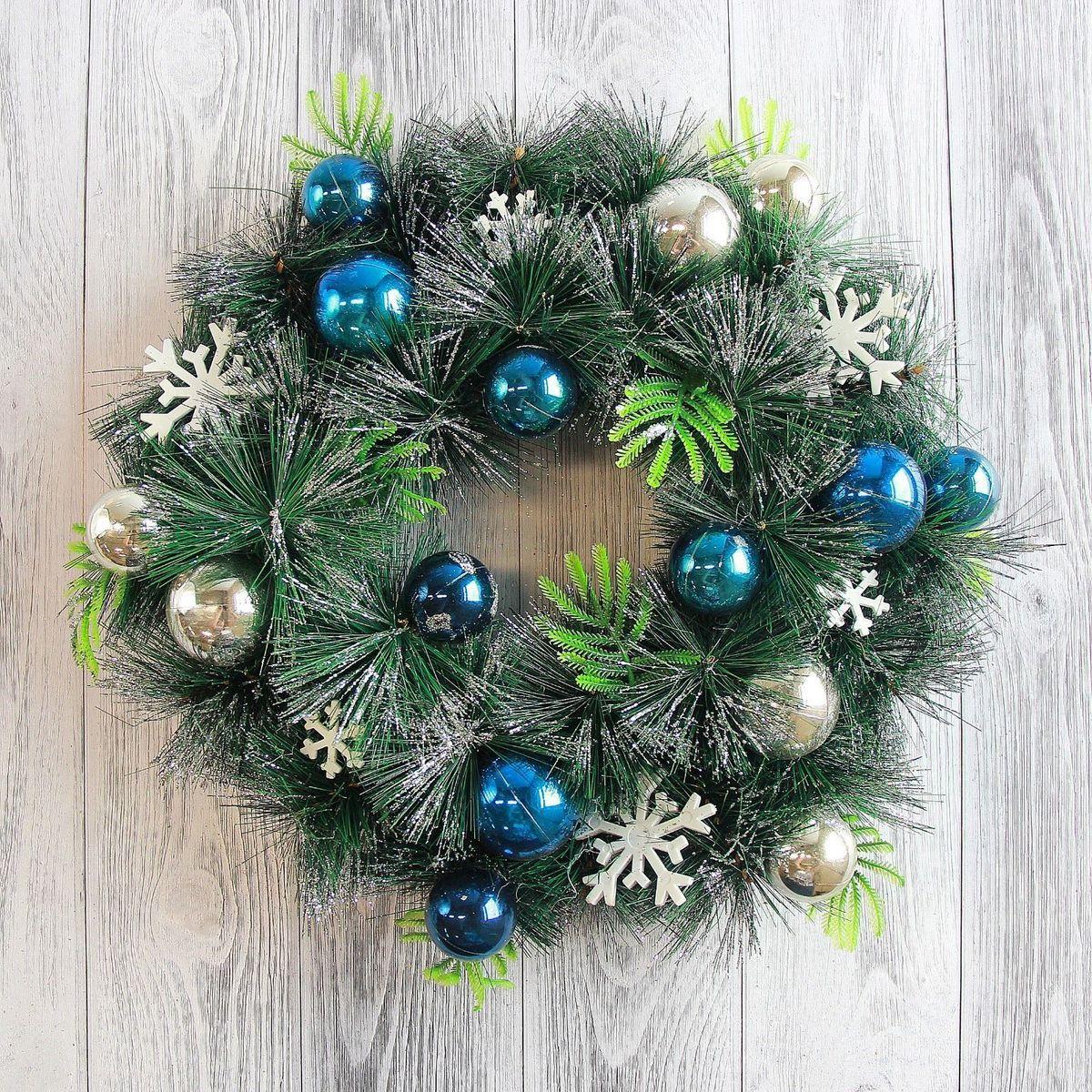 Венок новогодний Sima-land Со снежинками и шарами, диаметр 35 см2377998Невозможно представить нашу жизнь без праздников! Мы всегда ждём их и предвкушаем, обдумываем, как проведём памятный день, тщательно выбираем подарки и аксессуары, ведь именно они создают и поддерживают торжественный настрой. — это отличный выбор, который привнесёт атмосферу праздника в ваш дом!