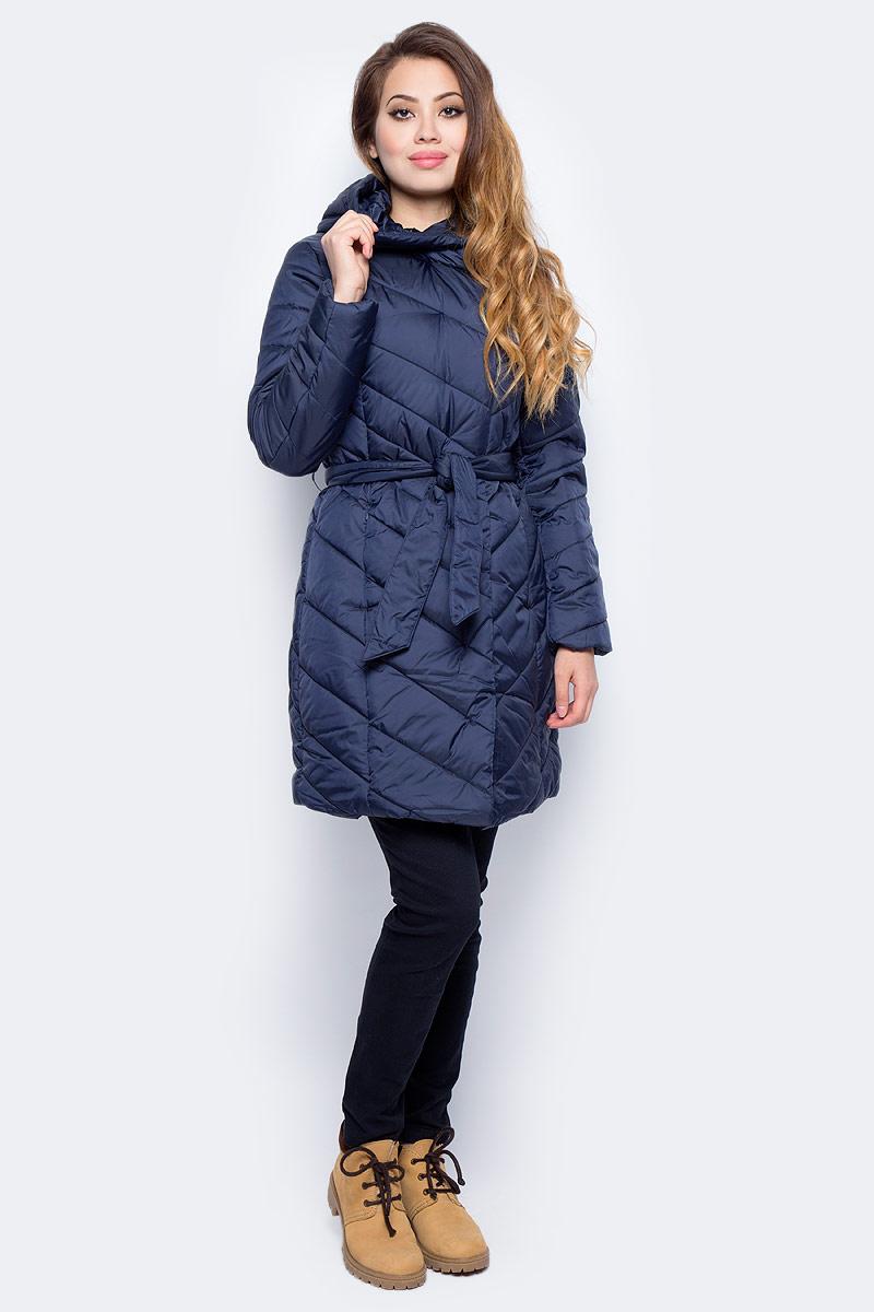 Пальто женское Sela, цвет: темный деним. Cep-126/750-7311. Размер M (46)Cep-126/750-7311Стеганое женское пальто от Sela выполнено из курточной ткани с утеплителем из синтепона. Модель полуприлегающего кроя с втачным капюшоном застегивается на молнию, на талии дополнена поясом, по бокам имеются прорезные карманы на молниях.