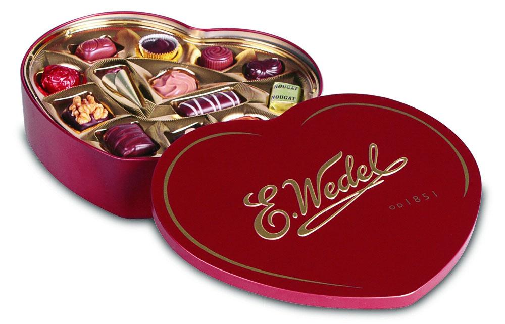 E.Wedel Сердце ассорти пралине шоколадные конфеты, 263 г7.22.25Красиво оформленные сладости изготовлены из темного, молочного и белого шоколада с нежной начинкой пралине. Благородное сочетание вкусов – классический сладкий дуэт. Нежные, мягкие, конфеты просто созданы для того, чтобы поднимать настроение. Достаточно даже одной конфеты, где нежный шоколад соседствует с воздушным кремовым пралине, чтобы до конца дня на вашем лице поселилась широкая счастливая улыбка.