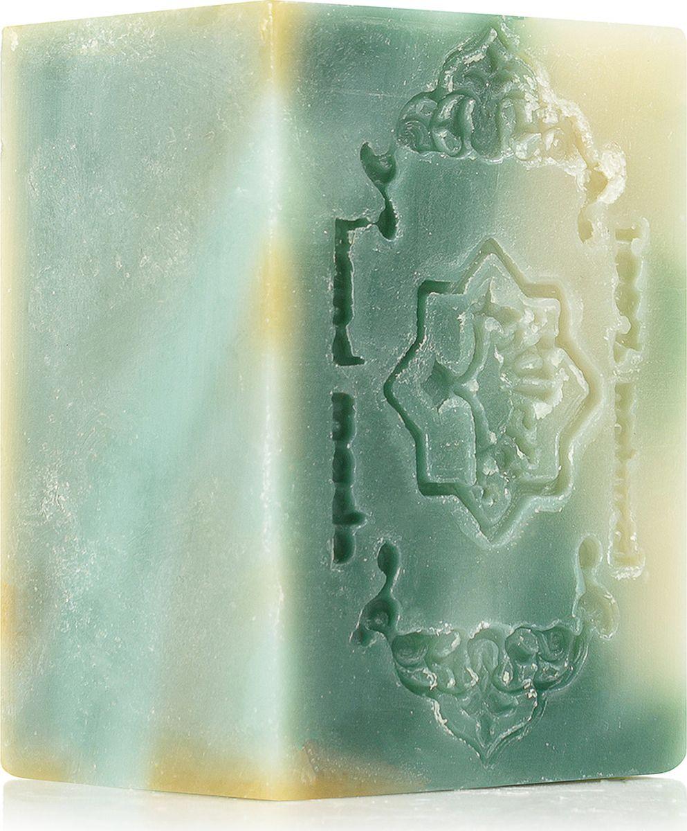 Зейтун Мыло Экстра №3 Зеленый мрамор, 150 гZ1103Брусок натурального мыла с роскошной мраморной фактурой – настоящая драгоценность вашего ухода. Оно не только обеспечивает универсальное очищение для любой кожи, но и станет статусным украшением вашего дома.Алеппское мыло экстра Zeitun №3 содержит чистые, богатые витаминами и микроэлементами масла какао и оливы, активно регенерирующие эфирные масла нероли и герани, а также освежающее и осветляющее эфирное масло лимона. Оно отлично увлажняет и идеально подходит для ежедневного умывания лица, тела, рук, для снятия макияжа и бритья.Моющая основа из традиционно омыленных оливкового и кокосового масел образует легкую натуральную пену, бережно, но полноценно очищает кожу, не оставляя ни малейшего ощущения стянутости и сухости.В составе универсального мраморного алеппского мыла – роскошный комплекс дополнительных натуральных ингредиентов, которые способствует эффективному очищению и сохранению молодости кожи:Масло какао – источник около 500 полезных активных веществ: витаминов, минералов, микро- и макроэлементов. Оно глубоко питает, смягчает и увлажняет сухую, обезвоженную кожу, восстанавливает структуру волосЭфирное масло герани – обладает мощнейшим регенерирующим действием, стимулирует синтез коллагена, усиливает естественные защитные функции эпидермиса и замедляет процесс фотостарения. Также эфирное масло герани обеспечивает глубокое увлажнение и тонизирование кожи, возвращая ей упругость и сияние.Эфирное масло лимона дарит глубокое очищение, оказывает антиоксидантное действие, выводит токсины, укрепляет и слегка осветляет кожу.Комплекс омыленных масел (оливковое, кокосовое, касторовое) – натуральная моющая основа алеппского мыла, чье приготовление занимает около 1 года. Особый древнейший способ многоэтапной обработки масел позволяет получить идеальное очищающее средство, которое полноценно питает и увлажняет кожу, не оставляя после мытья сухости, стянутости и дискомфорта.Алеппское мыло Zeitun класса экстра – это всегда чи