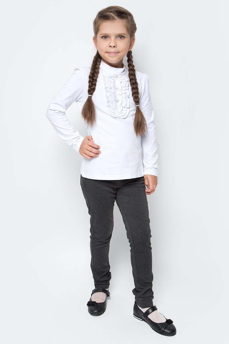 Блузка для девочки Vitacci, цвет: белый. 2173006-01. Размер 1402173006-01Школьная блузка для девочки от Vitacci выполнена из эластичного хлопкового трикотажа. Модель с длинными рукавами и небольшим воротником-стойкой на декорирована жабо. На спинке застегивается на пуговицы.
