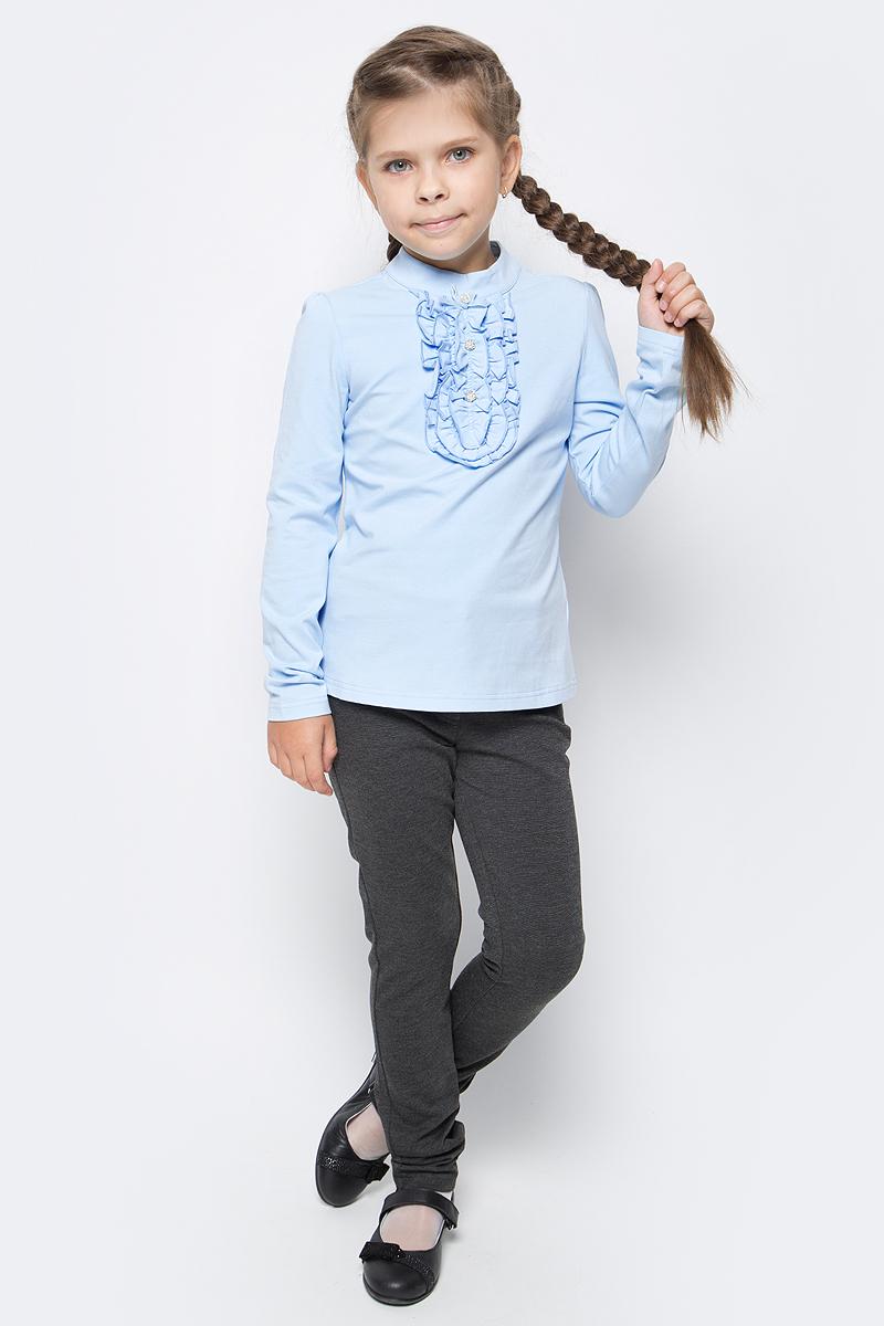 Блузка для девочки Vitacci, цвет: голубой. 2173006-10. Размер 1282173006-10Школьная блузка для девочки от Vitacci выполнена из эластичного хлопкового трикотажа. Модель с длинными рукавами и небольшим воротником-стойкой на декорирована жабо. На спинке застегивается на пуговицы.