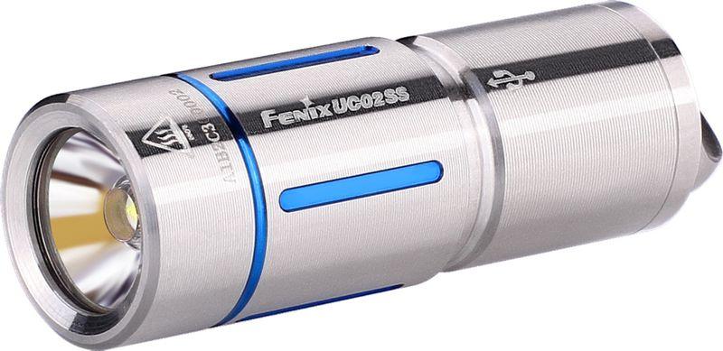 Фонарь ручной Fenix UC02SS, цвет: серебристый, голубойUC02SSblueМодель Fenix UC02SS сделана как можно более компактной, удобной и надежной. Этот фонарь работает всего на одном диоде - белом Cree XP-G2 S2. Особенность такого диода состоит в большой продолжительности его жизни. Он предоставит более 50 тысяч часов освещения. Максимально доступная для UC02SS яркость составляет 130 люмен. Это не так уж мало для фонаря-брелока и позволяет качественно освещать предметы или территорию не только на ближнем, но и на среднем расстоянии. Яркость 130 люмен дает режим High. В данном случае, дистанция освещения составляет 48 метров, а до полной разрядки аккумулятора фонарь проработает 25 минут. Второй режим гораздо более экономный. Он дает всего 10 люмен, что увеличивает время работы до разрядки до 3 часов 50 минут. Радиус освещаемой территории при этом составляет 14 метров.Модель UC02SS работает с аккумулятором, который продается вместе с этим фонарем. Его формат - 10180. Такой аккумулятор можно многократно заряжать вновь, а потому прослужит он по-настоящему долго. Кстати говоря, для зарядки батарею не нужно вынимать из корпуса фонарика. Однако фонарю придется открутить голову, чтобы получить доступ к разъему micro-USB. Зарядка полностью разряженного аккумулятора продлится 45 минут. Когда индикатор переключится с красного на зеленый, процесс зарядки будет завершен.Система управления для Fenix UC02SS реализуется при помощи поворотного кольца, которое расположено в районе головы фонарика. UC02SS не запоминает выбранную яркость и включается всегда в режиме Low.Корпус изготавливается из нержавеющего сплава стали. На нем имеются цветные декоративные вставки, которые могут быть синими или же золотыми. В хвосте фонарика имеется стальная петля, в которую можно продеть темляк, цепочку или же шнурок, который входит в комплект. Соответственно, фонарь можно носить так, как вам будет удобно: на шее, в кармане, в сумке или на ключах.Особенности:- маленький по размеру фонарь;- в комплект включе