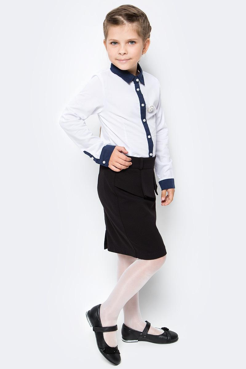 Блузка для девочки Luminoso, цвет: белый, темно-синий. 728247. Размер 128728247Классическая детская блузка Luminoso выполнена из хлопка и полиэстера с добавлением эластана. Модель застегивается на пуговицы в виде жемчужин, имеет длинные рукава с манжетами на пуговицах и отложной воротник. Блузка дополнена брошью.