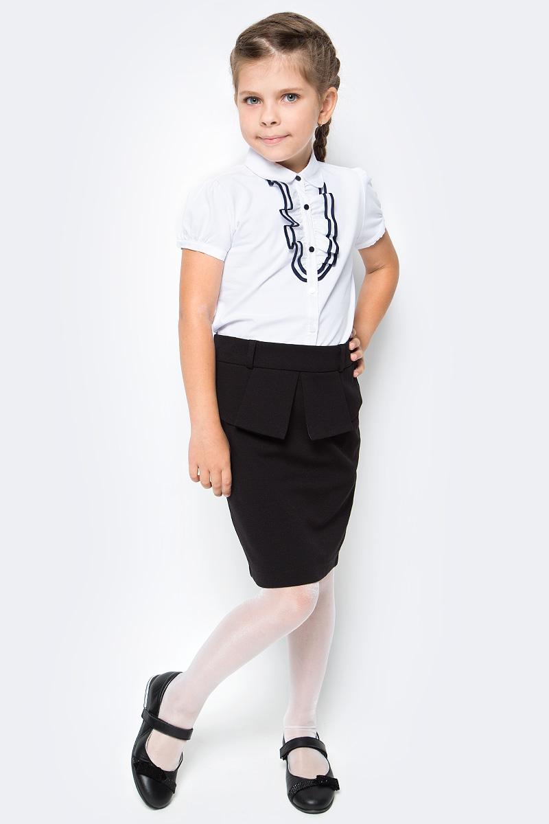 Блузка для девочки Vitacci, цвет: белый. 2173223-01. Размер 1222173223-01Школьная блузка для девочки от Vitacci выполнена из высококачественного материала. Модель с короткими рукавами и отложным воротником застегивается на пуговицы. НА полочке блузка декорирована жабо.