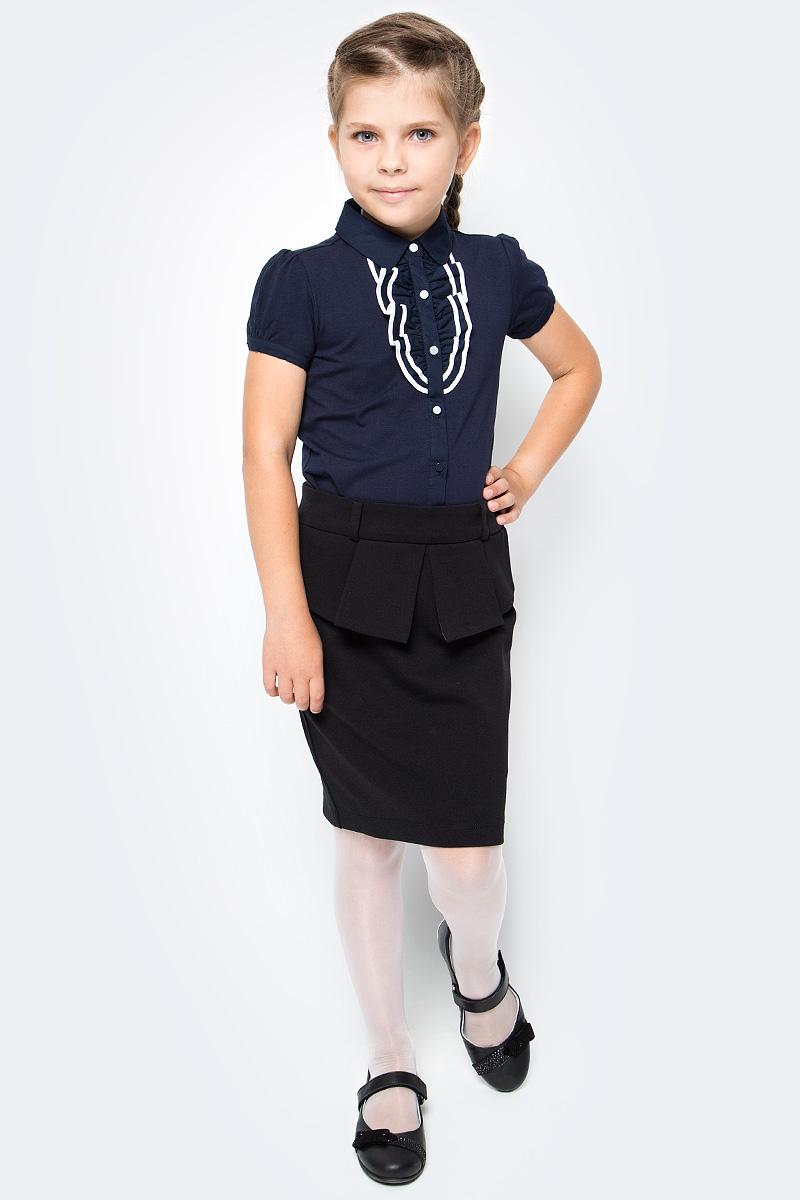 Блузка для девочки Vitacci, цвет: темно-синий. 2173223-04. Размер 1282173223-04Школьная блузка для девочки от Vitacci выполнена из высококачественного материала. Модель с короткими рукавами и отложным воротником застегивается на пуговицы. НА полочке блузка декорирована жабо.