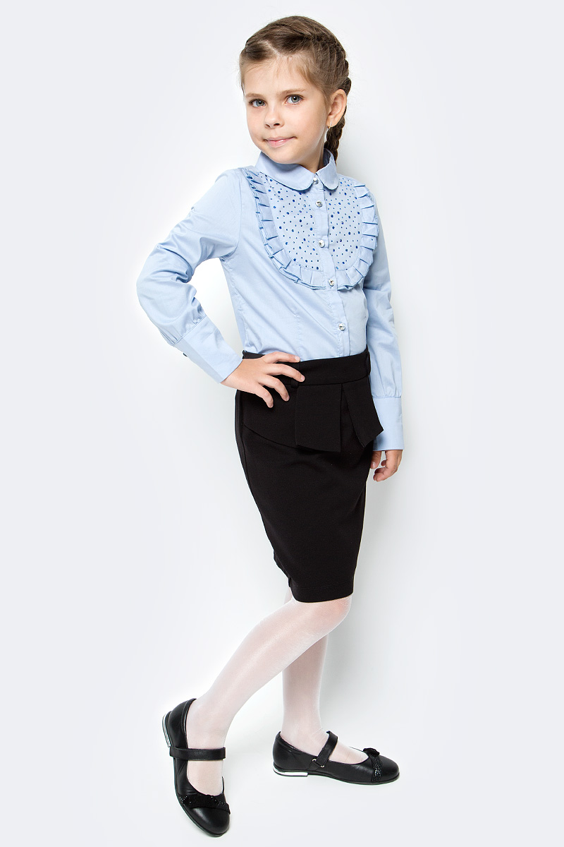 Блузка для девочки Luminoso, цвет: голубой. 728245. Размер 140728245Классическая детская блузка Luminoso выполнена из хлопка и полиэстера с добавлением эластана. Модель застегивается на пуговицы, имеет длинные рукава с манжетами на пуговицах и отложной воротник. Грудка дополнена рюшами и стразами.