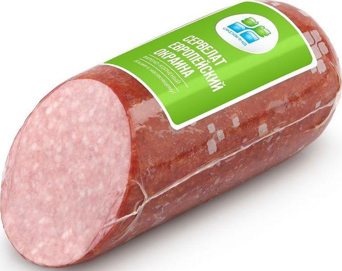 Окраина Сервелат Европейский варено-копченый, 470 г05645Идеальный сервелат для колбасной нарезки на торжественный стол или бутербродов для перекуса и завтрака. Мелкозернистая структура, характерная для этого типа колбас, смотрится красиво, аккуратно и аппетитно, радует безупречностью и изысканностью. Отборная говядина, нежирная свинина, мелкорубленный шпик и куриная грудка, придающая особую мягкость и нежность - основа продукта. Чеснок, смесь красного и черного перца, натуральное белое копчение создают приятный утонченный аромат. Сервелат Европейский варено-копченый придется по вкусу и утонченным натурам, творческим людям, людям искусства, и тем, кто ценит точность, правильность линий и высокое качество.