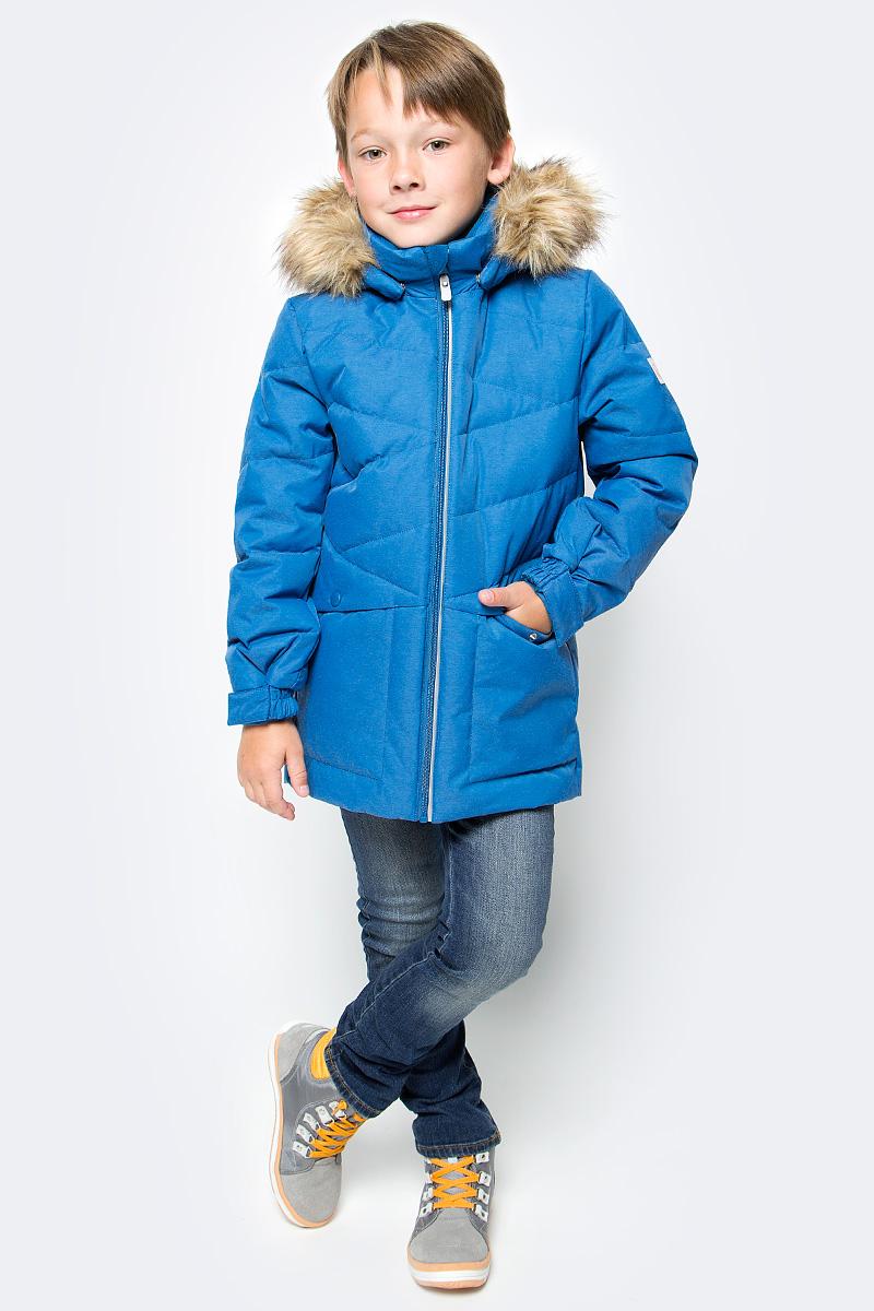 Пуховик для мальчика Reima Jussi, цвет: синий. 5312977900. Размер 1525312977900Пуховая парка для спорта и прогулок по городу. Утеплитель из пуха и пера. Пуховик изготовлен из ветронепроницаемого, дышащего материала с верхним водо- и грязеотталкивающим слоем, поэтому вашему ребенку будет тепло и сухо во время веселых зимних игр, к тому же он не вспотеет. Эта традиционная модель пуховика создана специально для мальчиков, она снабжена съемным капюшоном с отстегивающейся отделкой из искусственного меха, который защитит от морозного ветра. Благодаря подкладке из гладкого полиэстера, куртка легко надевается. Регулируемые манжеты и подол. Куртка изготовлена из грязеотталкивающего материала, но при этом ее можно сушить в сушильной машине. Два боковых кармана и светоотражающие детали.Высокая степень утепления.