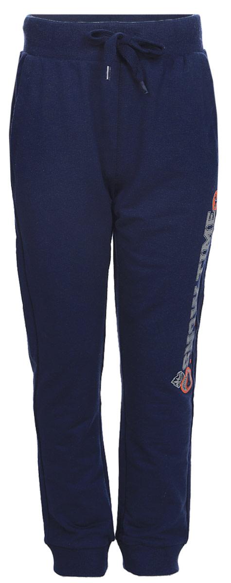 Брюки спортивные для мальчика Sela, цвет: темно-синий. Pk-715/112-7331. Размер 98Pk-715/112-7331Спортивные брюки для мальчика от Sela выполнены из хлопкового трикотажа. Модель на талии дополнена широкой эластичной резинкой со шнурком. Брючины имеют широкие трикотажные манжеты. По бокам брюки дополнены втачными карманами.