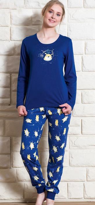 Комплект домашний женский Vienettas Secret Собака в космосе: брюки, лонгслив, цвет: темно-синий. 703136 0098. Размер S (44)703136 0098Женский домашний комплект Vienettas Secret «Собака в космосе» включает в себя лонгслив и брюки. Комплект изготовлен из приятного высококачественного эластичного хлопка, очень мягкий на ощупь, не раздражает нежную и чувствительную кожу и хорошо вентилируются. Брюки прямого кроя снабжены резинкой на талии. Брючины дополнены манжетами. Лонгслив с длинными рукавами и круглым вырезом горловины украшен принтом.