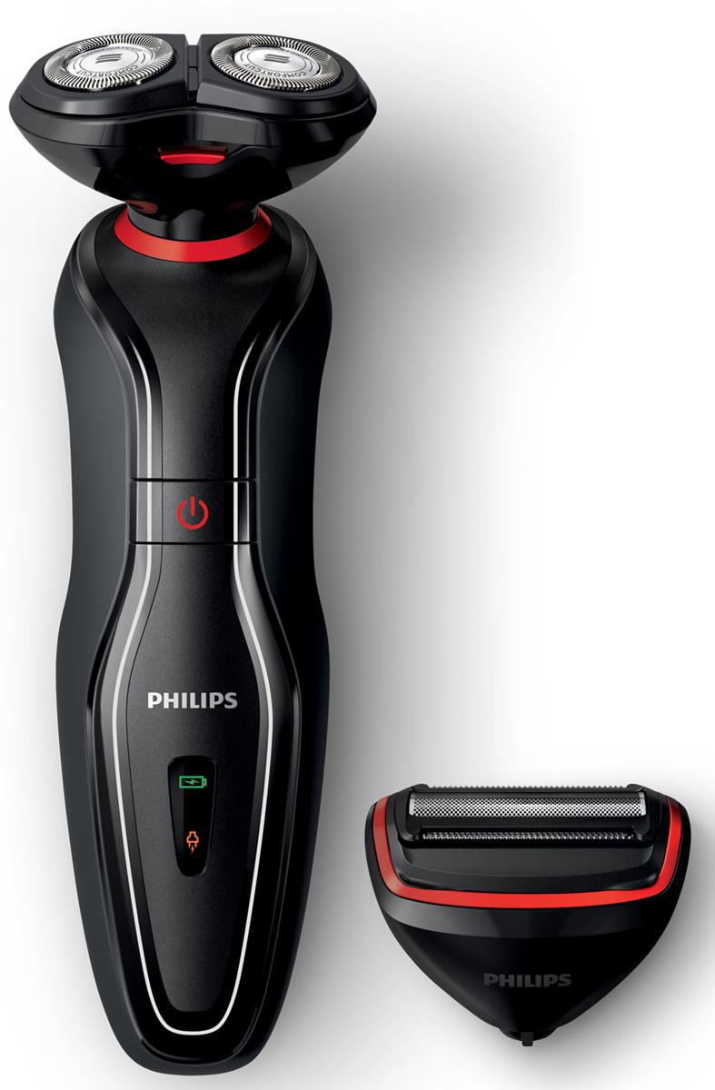 Philips Click&Style S728/17 электробритва с насадкой-триммером для телаS728/17Philips S 728/17 2 в 1 поможет вам решить сразу две задачи: гладкое бритье и уход за телом. В комплект входят две насадки: для бритья и ухода за телом. Просто выберите и установите нужную насадку.Система SmartClick позволяет легко менять насадки:Благодаря системе насадок SmartClick систему Click&Style можно легко превратить в бритву или триммер для тела. Для завершения образа просто установите нужную насадку на ручку. Выберите одну из 2 съемных насадок и создайте свой образ:Чтобы воспользоваться бритвой или триммером для тела, просто установите нужную насадку на ручку. По окончании работы снимите насадку. Для гладкого бритья волос на лице используйте бритву. Хотите выглядеть безупречно? Тогда триммер для тела станет для вас идеальным решением. Одно устройство — любой образ.Для дополнительной защиты кожи используйте крем для бритья:Удобное сухое бритье или комфортное влажное бритье с кремом.Чистое и безопасное бритье:Двойная вращающаяся бритвенная насадка обеспечивает комфортное и чистое бритье без порезов и раздражения. Бритвенные головки двигаются в трех направлениях, повторяя контуры лица.Простое и безопасное подравнивание и бритье волос на теле:Закругленные гребни и запатентованные закругленные кончики предотвращают раздражение кожи, обеспечивая бережный уход на любых участках тела.Ручка и насадка-триммер для тела являются водонепроницаемыми:Комфортное бритье и подравнивание волос на любых участках тела. Возможность использования в душе.Как выбрать электробритву. Статья OZON Гид