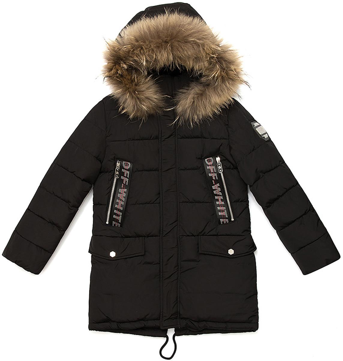 Куртка для мальчика Vitacci, цвет: черный. 1171482-03. Размер 1401171482-03Удлиненная куртка для мальчика Vitacci, изготовленная из полиэстера, станет стильнымдополнением к детскому гардеробу.Подкладка выполнена из полиэстера и дополнительно утеплена флисом по спинке. В качестве наполнителя используется биопух.Куртка имеет внешнюю ветрозащитную планку и съемный капюшон с отделкой из натурального меха. Изделие оформлено декоративными элементами на рукавах и карманах.Температурный режим от -10°С до -25°С.Теплая, удобная и практичная куртка идеально подойдет юному моднику для прогулок!