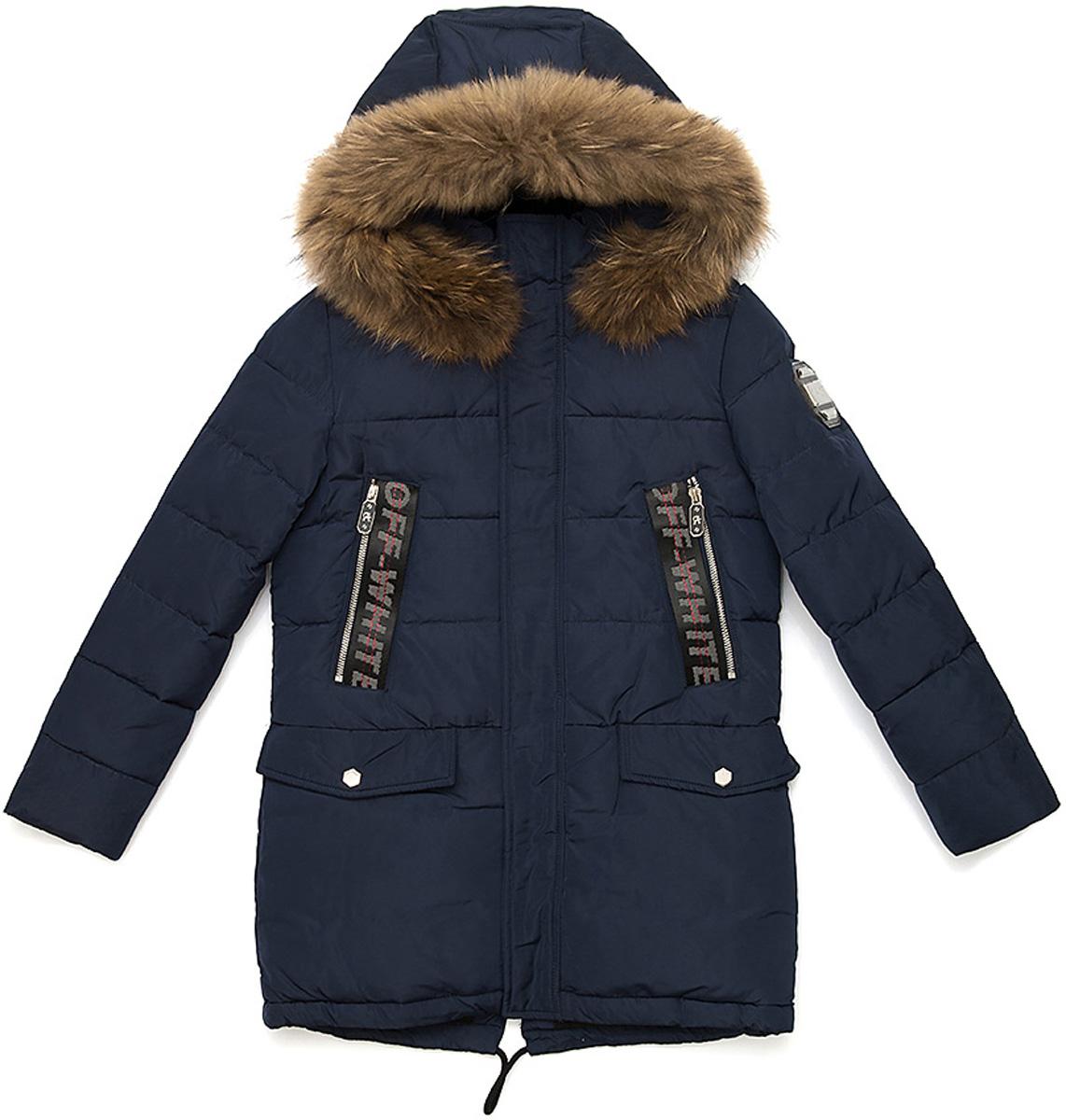 Куртка для мальчика Vitacci, цвет: синий. 1171482-04. Размер 1601171482-04Удлиненная куртка для мальчика Vitacci, изготовленная из полиэстера, станет стильнымдополнением к детскому гардеробу.Подкладка выполнена из полиэстера и дополнительно утеплена флисом по спинке. В качестве наполнителя используется биопух.Куртка имеет внешнюю ветрозащитную планку и съемный капюшон с отделкой из натурального меха. Изделие оформлено декоративными элементами на рукавах и карманах.Температурный режим от -10°С до -25°С.Теплая, удобная и практичная куртка идеально подойдет юному моднику для прогулок!