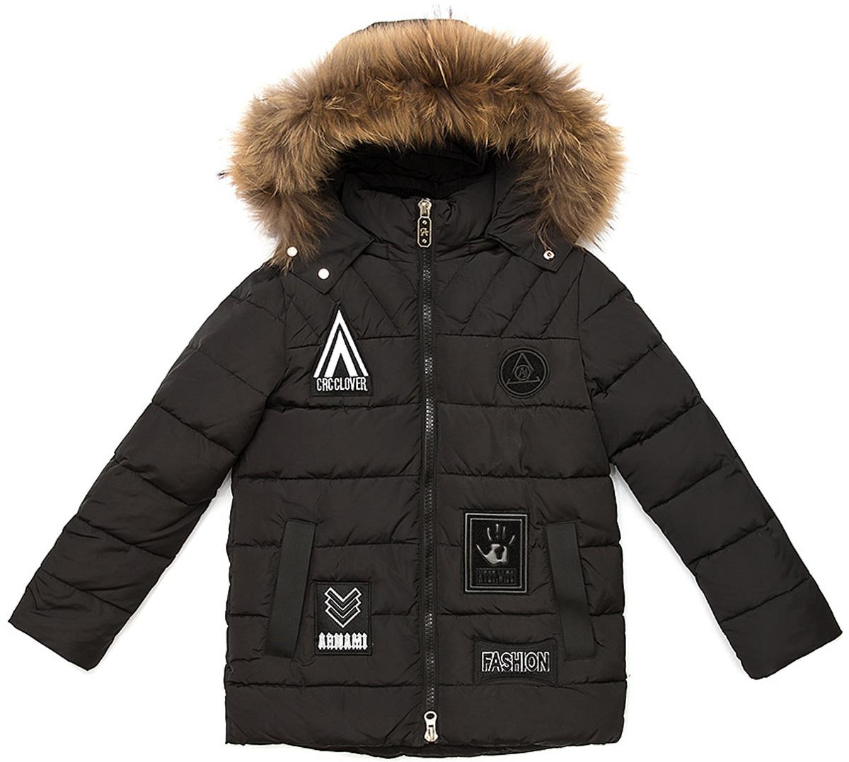 Куртка для мальчика Vitacci, цвет: черный. 1171483-03. Размер 1401171483-03Удлиненная куртка для мальчика Vitacci, изготовленная из полиэстера, станет стильнымдополнением к детскому гардеробу.Подкладка выполнена из полиэстера и дополнительно утеплена флисом по спинке. В качестве наполнителя используется биопух.Куртка застегивается на пластиковую застежку-молнию и имеет съемный капюшон с отделкой из натурального меха. Изделие оформлено декоративными элементами и нашивками.Температурный режим от -10°С до -25°С.Теплая, удобная и практичная куртка идеально подойдет юному моднику для прогулок!