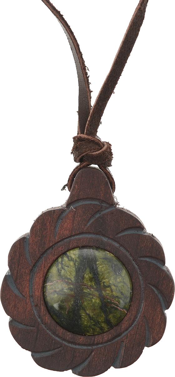 Оберег с камнем змеевик. Дерево, резьба, лак. Россия, Алтай