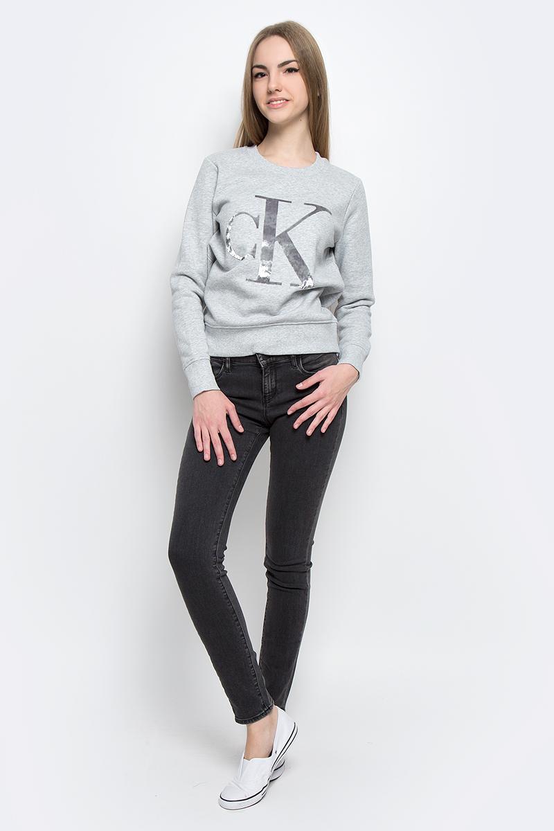 Джинсы женские Calvin Klein Jeans, цвет: темно-серый. J20J204668_9013. Размер 29 (44/46)J20J204668_9013Стильные женские джинсы Calvin Klein Jeans выполнены из качественного комбинированного материала.Модель-скинни застегивается на металлическую пуговицу в поясе и ширинку на застежке-молнии, имеются шлевки для ремня. Джинсы со стандартной талией имеют классический пятикарманный крой: спереди модель дополнена двумя втачными карманами и одним маленьким накладным кармашком, а сзади - двумя накладными карманами. Изделие оформлено контрастной отстрочкой.