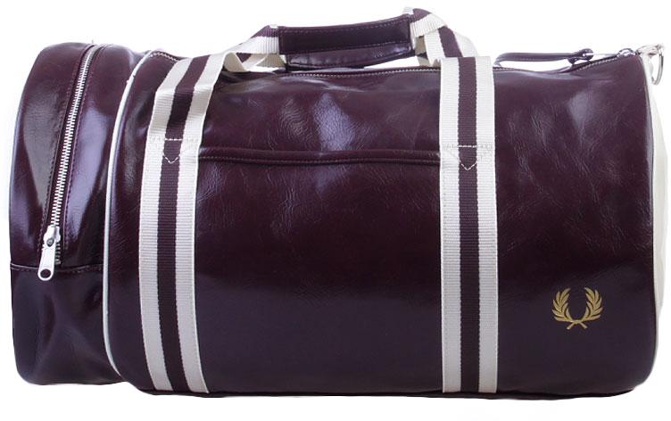 Сумка мужская Fred Perry Classic Barrel Bag, цвет: бордовый. L4305-106L4305-106Спортивная мужская сумка Fred Perry Classic Barrel Bag - сумка-бочонок, классика на каждый сезон. Сумка выполнена из ПВХ с хлопком, имеет плечевой ремень и две ручки.Оснащена двойной молнией на верхней части. Имеет внешний накладной карман, а так же внутренний карман на молнии