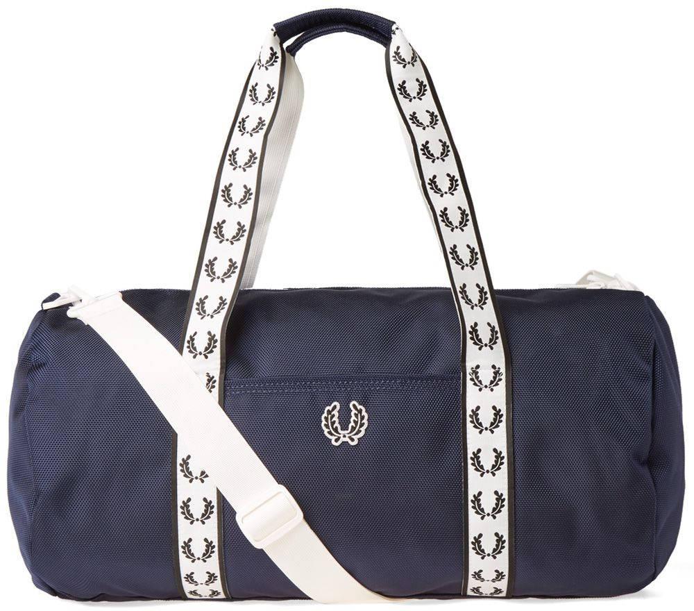 Сумка мужская Fred Perry Track Barrel Bag, цвет: темно-синий. L2208-608L2208-608Спортивная мужская сумка Fred Perry Track Barrel Bag - сумка-бочонок, классика на каждый сезон. Сумка выполнена из прочного полиэстера, имеет плечевой ремень и две ручки. Оснащена застежкой-молнией на верхней части. Имеет внешний накладной карман, а так же внутренний карман на молнииРазмер: 26 х 48 х 35 см.