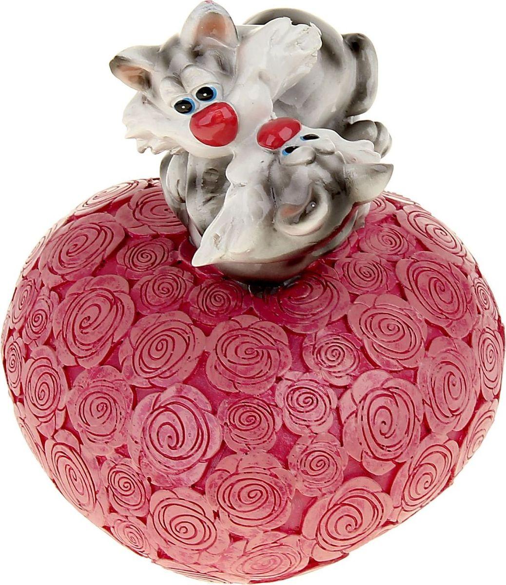 Копилка Поцелуйчик. Котята на сердце, 11,8 х 11 х 15,5 см1052382Копилка — универсальный вариант подарка любому человеку, ведь каждый из нас мечтает о какой-то дорогостоящей вещи и откладывает или собирается откладывать деньги на её приобретение. Вместительная копилка станет прекрасным хранителем сбережений и украшением интерьера. Она выглядит так ярко и эффектно, что проходя мимо, обязательно захочется забросить пару монет.Копилка является многоразовой, что позволит вам воспользоваться накопленными деньгами в любой момент.