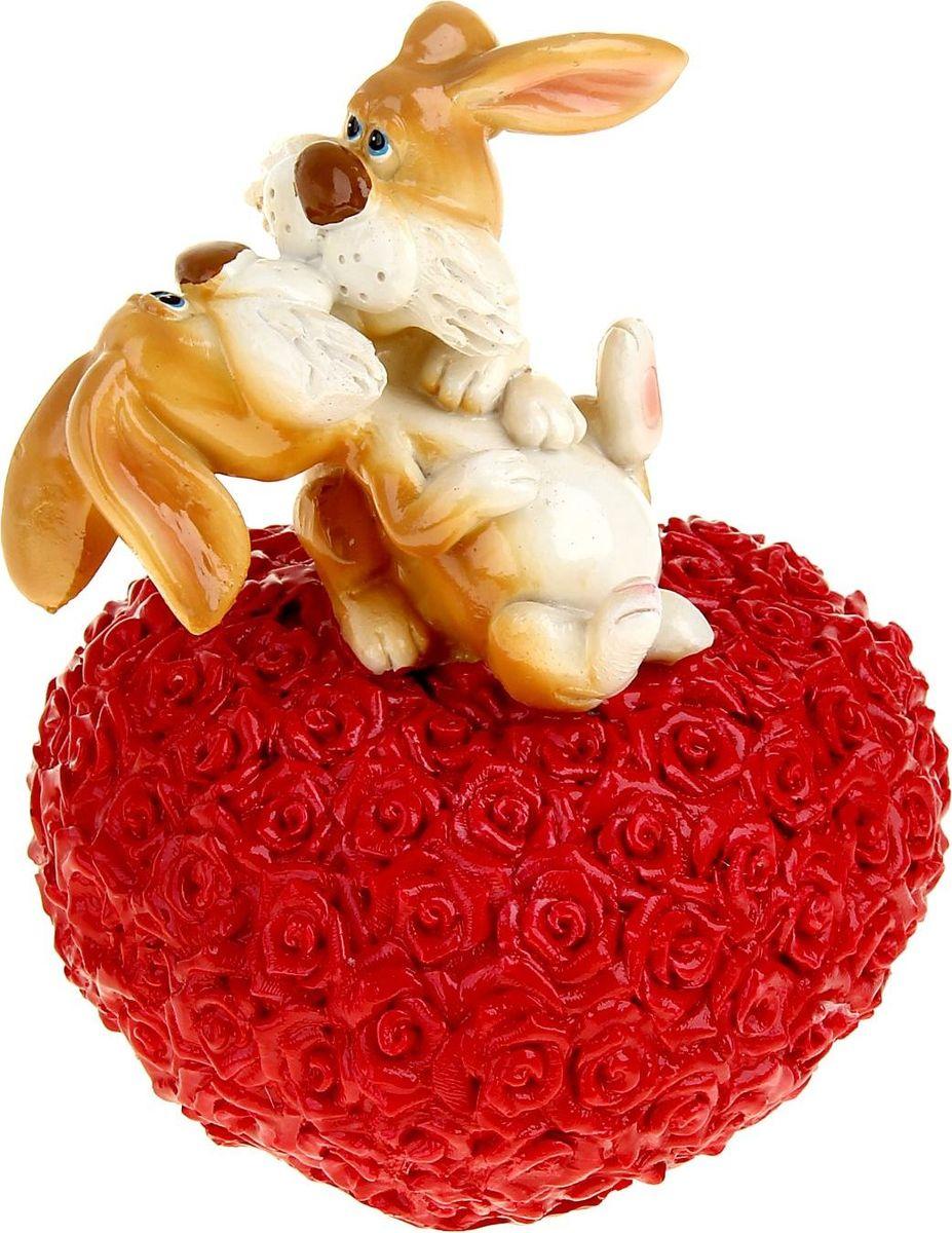 Копилка Поцелуйчик. Зайчата на сердце, 11,8 х 11 х 15,5 см1052384Посмотрите на этих двух зверушек на сердце, ой… это же не просто статуэтка, а настоящая копилка. Она станет замечательным подарком ко Дню святого Валентина или вашу памятную дату. Заложите же фундамент, начните вместе копить на дачный домик или квартиру в центре. А эта Копилка Поцелуйчик зайчата на сердце будет не только бережно хранить ваши денежки, но украшать интерьер и привносить тепло и уют.Копилка является многоразовой, что позволит вам воспользоваться накопленными деньгами в любой момент.